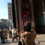 帝国劇場の写真をとる皆川さん